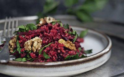 Quinoa- og rødbedebowl med edamammebønner
